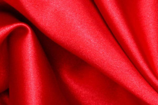 Красная атласная ткань